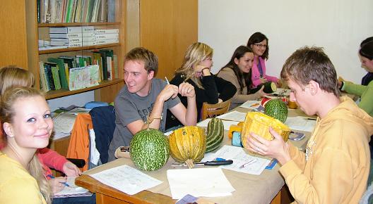 Studenti v interiérové učebně